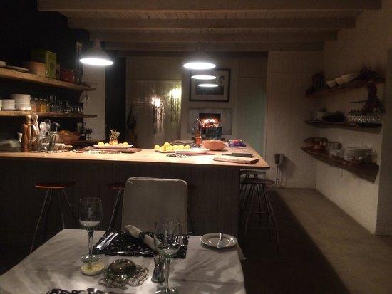 Qambathi Mountain Lodge: Kitchen and dining area