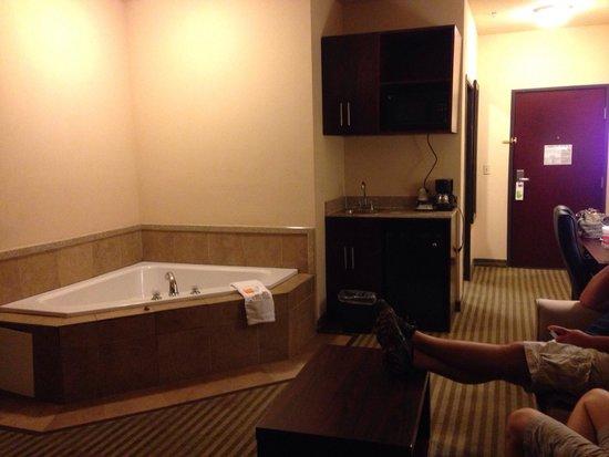 La Quinta Inn & Suites Woodward: Jacuzzi Area room 201 King Suite