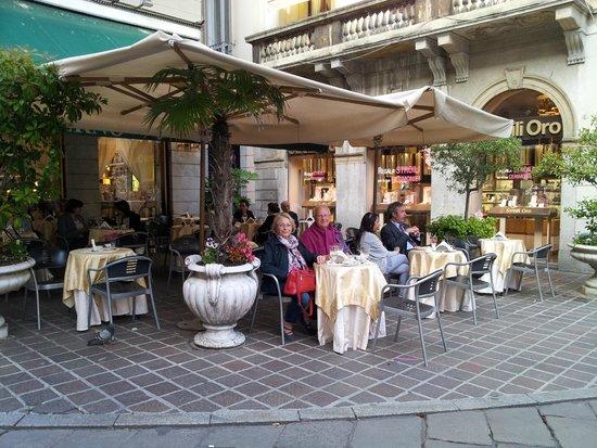 Tavoli in esterno foto di bar caffe moderno monza for Tavolini esterni