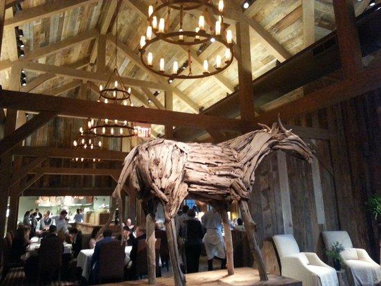 Artisanal Restaurant: Dining room and wooden horse