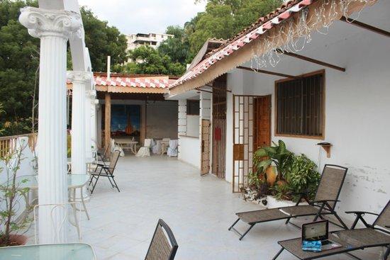 Pacot Breeze Hotel: terrasse des chambres du haut