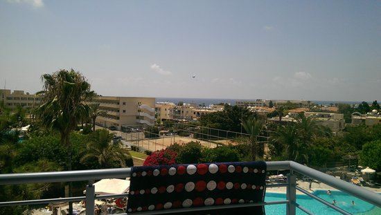 Paphos Gardens Holiday Resort : sea and pool view
