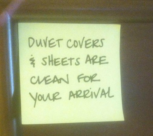 Hampton Inn Tucson-Airport: Little notes left by house keeping.