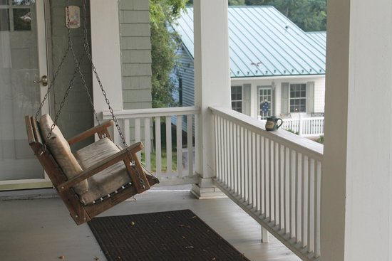 By the Side of the Road Inn & Cottages : Front Porch