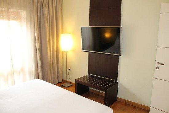NH Collection Roma Giustiniano: 2. TV im Schlafbereich der JuniorSuite (Zimmer 602)