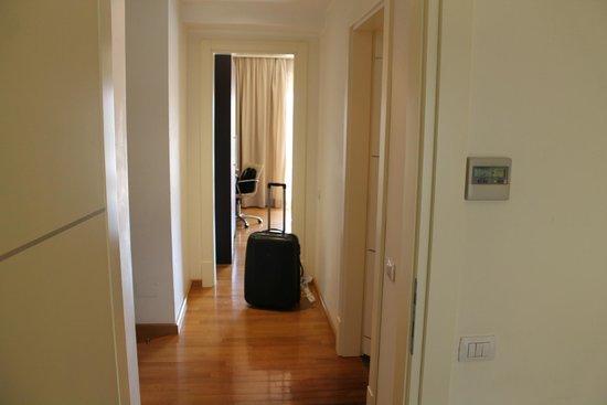 NH Collection Roma Giustiniano: Flur zwiscgen Schlaf- und Wohnbereich der JuniorSuite (Zimmer 602)