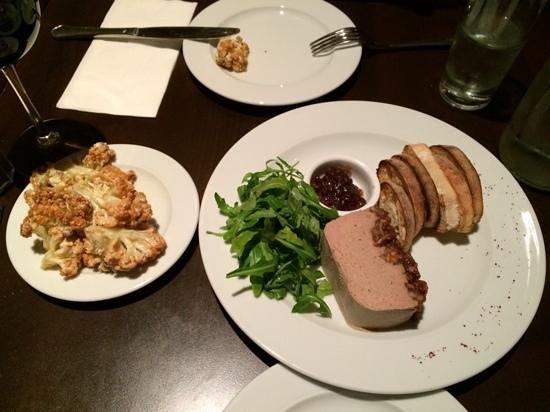 Hatraklin Bistro Meat & Wine: Paté de foie de volaille aux figues et noix / assiette de chou-fleur