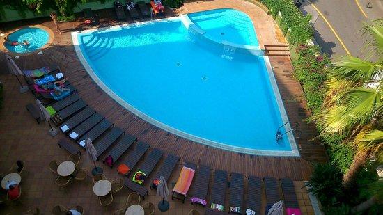 Hotel Acapulco Lloret de Mar: Los guiris reservando hamaca a las 9 am