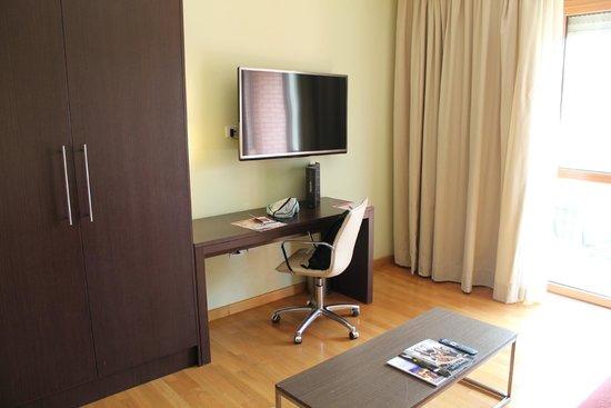 NH Collection Roma Giustiniano: 1. TV im Aufenthaltsbereich (2. Zimmer) der JuniorSuite (Zimmer 602)