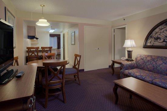 Quality Suites The Royale Parc Suites : Guest Suite Living Room