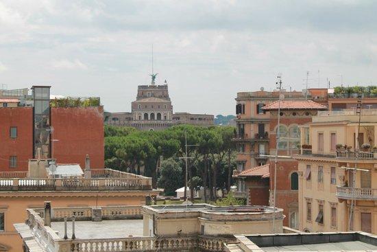 NH Collection Roma Giustiniano: Aussicht vom Balkon auf die Engelsburg / Aufenthaltsbereich (2. Zimmer) der JuniorSuite (Zimmer