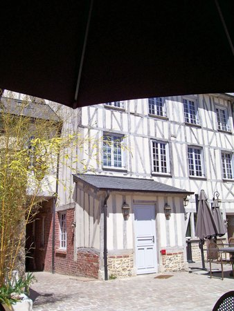 Le Bistrot Du Grand Cerf: View of the half timbered facade