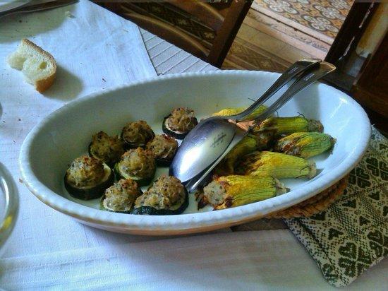 Ristorante dell'Agriturismo Dongili: Zucchine ripiene e fiori di zucchine ripiene