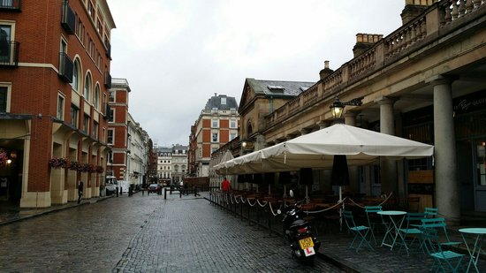 Covent Garden : المقاهي منتشره حول السوق