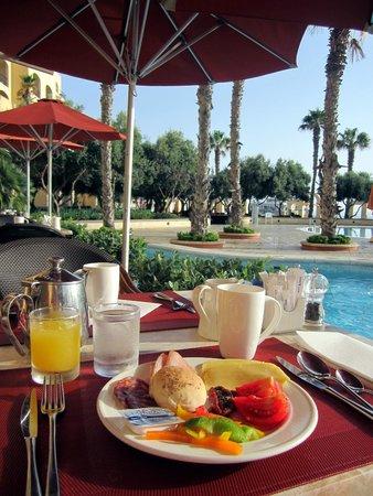 Hilton Malta: Breakfast by the pool