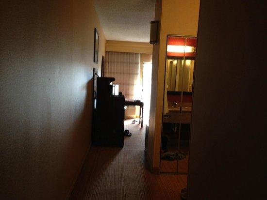 Courtyard Scranton Wilkes-Barre: Long hallway entering room. Strange configuration.