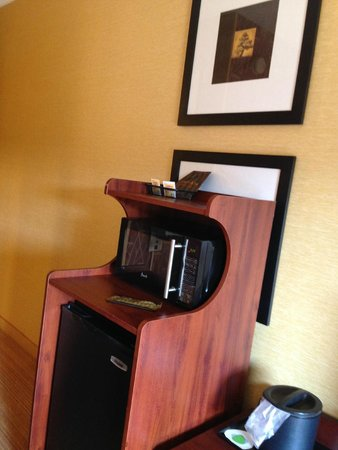 Courtyard Scranton Wilkes-Barre: Fridge/microwave set in front of pictures!