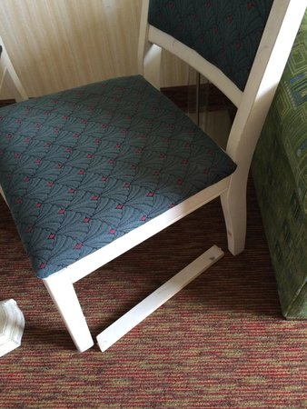 Barclay Towers Resort Hotel: Broken chair