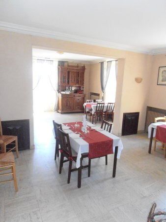 Le Lapin Blanc: The comfortable restaurant area