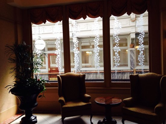 Residence Inn Cleveland Downtown: Sitting area next to the breakfast room. Plenty of windows overlooking the historic arcade.