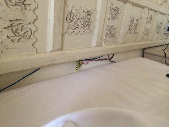 SENTIDO Mamlouk Palace Resort: Hazardous electric cables coming out from under the pillow