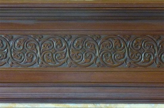 Oatfield Country House B&B: The Celtic Tree of Life carving on the Dining Room mantelpiece