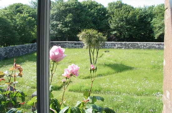 Oatfield Country House B&B: The walled garden view from the double bedroom with bath