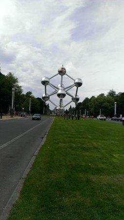 Vista de frente do Atomium.
