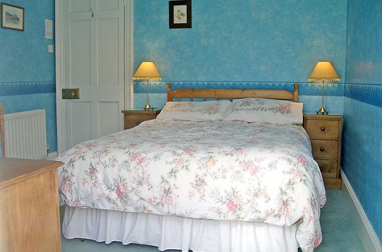 Oatfield Country House B&B: The double bedroom with ensuite bath (see photo of bathroom and view)