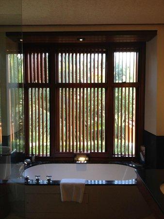 Four Seasons Resort Bali at Sayan: Master bathroom