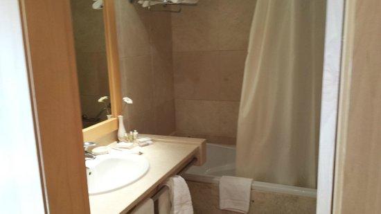 Hotel Real Palacio: salle de bain tres propre et equipee
