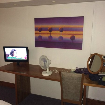 Premier Inn Glasgow (Bearsden) Hotel: Dressing table and plenty of space for unpacking