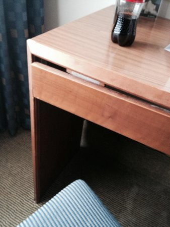 Holiday Inn Washington: Broken desk