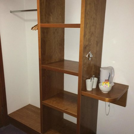 Premier Inn Glasgow (Bearsden) Hotel: Lots of clean shelving