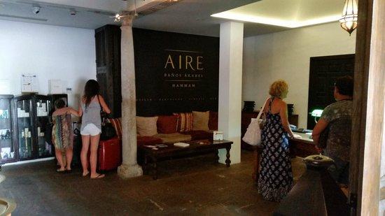 Aire De Almeria : Detalles de recepción columnas y en la próxima foto se aprecia el techo de madera,