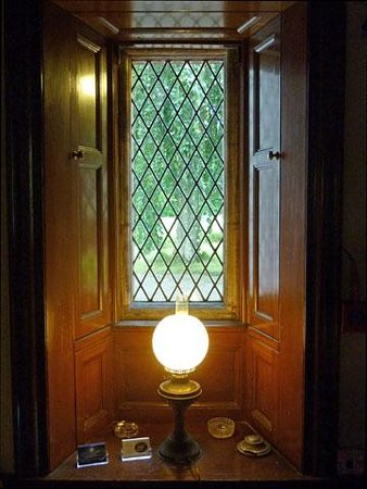 Oatfield Country House B&B: A diamond paned leaded window in the hall