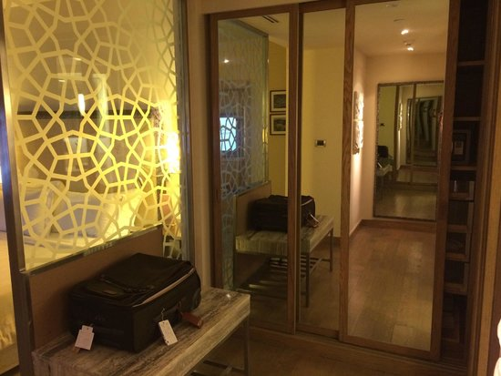 ITC Gardenia, Bengaluru: Room entrance and closet area