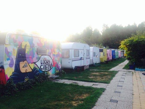 Lucky Lake Hostel : The cool caravans