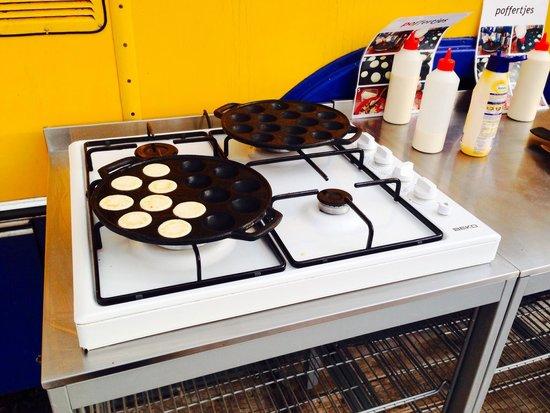 Lucky Lake Hostel : Making Dutch pancakes for breaky