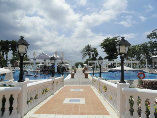 Hotel Riu Palace Tropical Bay : Camino a la piscina y playa