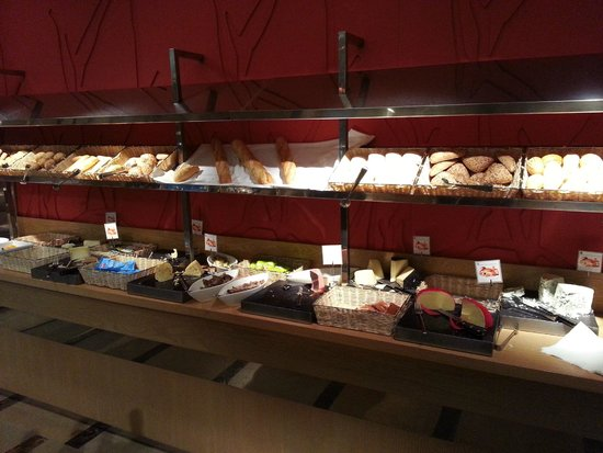 Protur Biomar Gran Hotel & Spa : Breads, pastries and cheeses