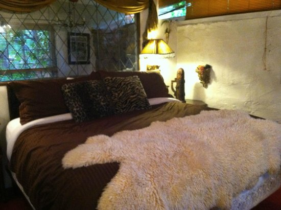 Cliff House Lodge and Hot Tub Cottages: Camelot cottage bedroom