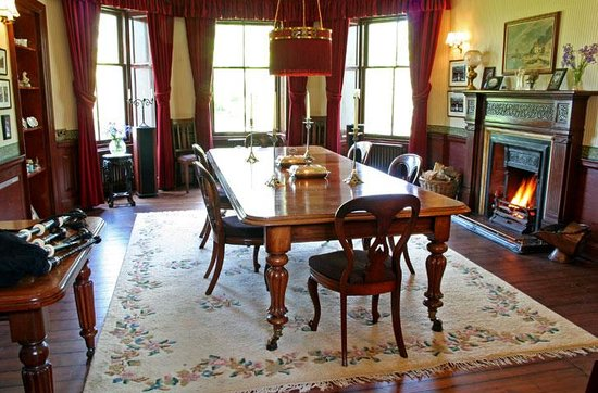 Oatfield Country House B&B: Breakfast is served in the antique panelled dining room.