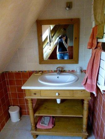 Chambres d'Hôtes à la Ferme de Keroter : Al'arrivée, les serviettes et lavettes sont soigneusement pliées sous le lavabo (ici au départ)