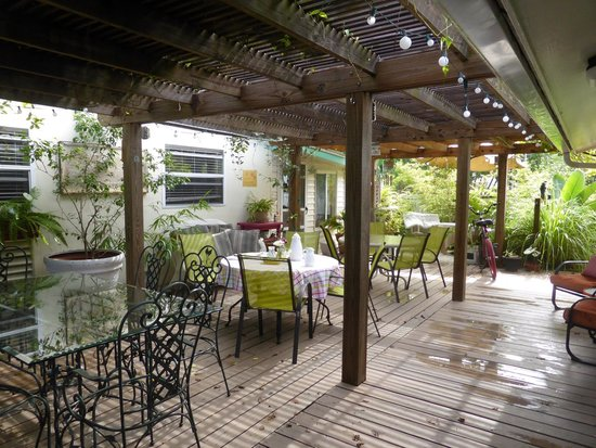Mango Street Inn: breakfast area