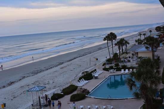 Grand Seas Resort: vista desde la ventana a la pileta del hotel