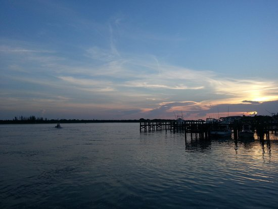 Hutchinson Island Plaza Hotel and Suites: Sunrise from the boat dock