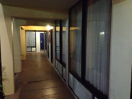Days Inn Orlando Airport Florida Mall: Pasillo abierto al aire libre.