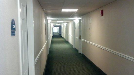 Magnuson Hotel Hattiesburg: Bright and pleasant hallways