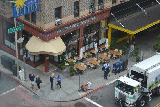 SF Plaza Hotel: Vista da janela - café na esquina